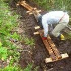 組み立てた木道をぬかるみに設置